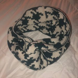 Super cute scarf!